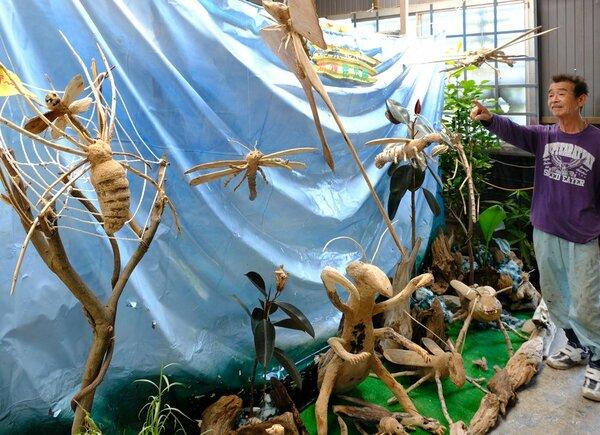 流木を使って昆虫を表現した上林さんの作品展(京都府舞鶴市上安・カーペイントヒトミ)