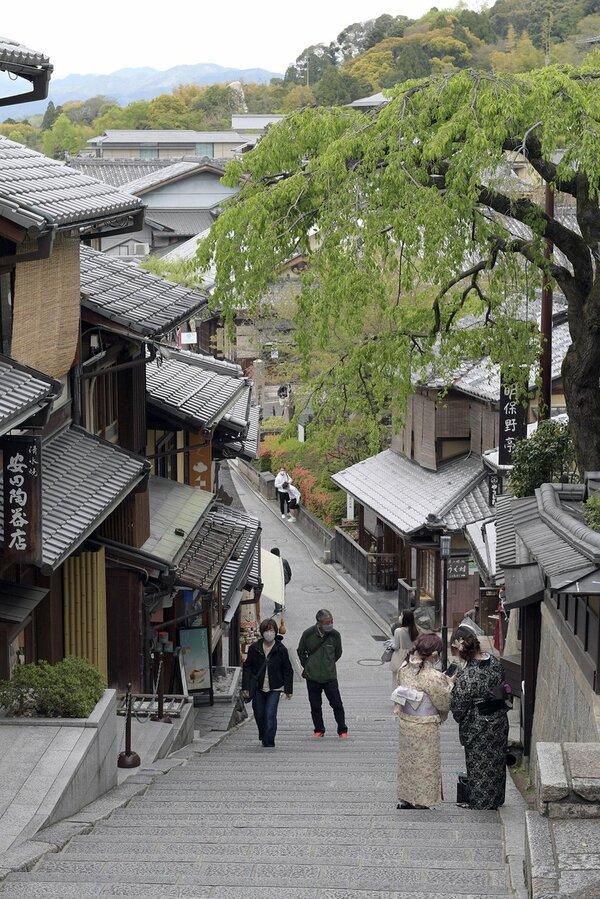 まん延防止等重点措置が適用され、再び閑散とする三年坂(21年4月12日、京都市東山区)