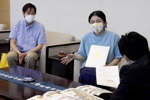 ソーシャルプロダクツ賞の受賞を報告する浦川代表(亀岡市安町・市役所)
