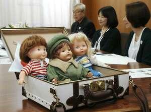 約90年ぶりに米国に「里帰り」する青い目の人形「メリー・シュナイダー」(中央)=京都市中京区・高倉小