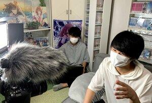 京都市内の自宅で動画を制作するやまさきさん(手前)とかどたさん