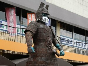 マスク姿になった大魔神の像(京都市右京区・大映通り商店街)