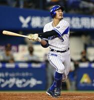 8回DeNA2死三塁、梶谷が右越えに2打席連続本塁打となる2ランを放つ=横浜