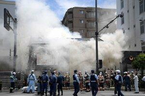 白煙を上げて燃える建物(17日午前11時24分、京都市南区)