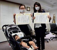 高齢者保護で表彰を受けた松浦さん(左)ら=田辺署