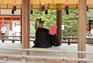 社頭の儀で御祭文を読み上げる勅使(15日午前11時13分、京都市左京区・下鴨神社)