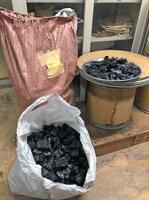 焙煎用に五山から譲り受けた炭の一部