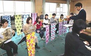 染色した色鮮やかなタスペトリーに囲まれ、練習に励む学生(京都市西京区)