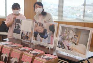 医療的ケア児の日常を切り取った写真集「笑顔をありがとう」。柴田理事長(右)は「子どもたちの笑顔の力を知ってほしい」と話す=滋賀県彦根市役所