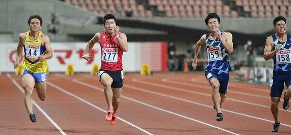 陸上日本選手権男子100メートル決勝で6年ぶりに優勝した桐生(左から2人目)=2日午後8時34分、新潟市・デンカビッグスワンスタジアム)