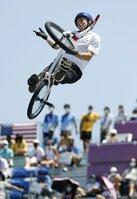 男子BMXフリースタイル・パーク決勝 トリックを決める中村輪夢。5位に終わった=有明アーバンスポーツパーク