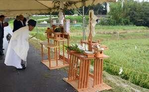奉祝田の前で参列者が稲の実りに感謝をささげた「抜穂祭」(京都府亀岡市保津町)
