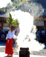 湯に浸したササを振り、邪気を払う巫女(20日午後2時26分、京都市伏見区・城南宮)