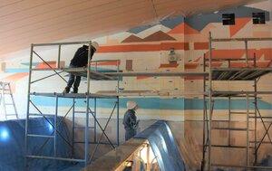 鴨川の風景を色彩豊かに描いた男湯の壁画を制作する学生たち(京都市中京区・壬生温泉はなの湯)