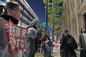 関西電力京都支社前で原発再稼働に抗議する人たち(4日午後5時28分、京都市下京区)