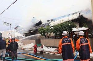 消火活動を行う消防隊員ら(与謝野町岩滝)