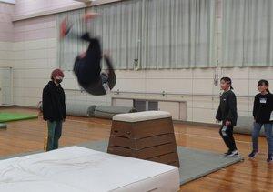 跳び箱からの「段差前方宙返り」を決める男子生徒(滋賀県高島市安曇川町田中・安曇川総合体育館)