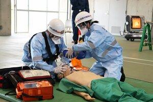 【資料写真】訓練で、新型コロナウイルスの感染防止対策をしながら救命活動を行う京都市消防局の隊員(昨年11月、市消防学校)