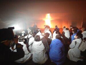 木を燃やした室内で煙がたまっていく状況を確認する参加者たち(京都市南区・市消防活動総合センター)