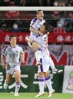 金沢-サンガ 前半、勝ち越しゴールを決め、三沢と抱き合って喜ぶ宮吉(中央)=石川県西部緑地公園陸上競技場