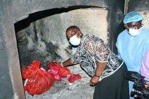 19日、マラウイの首都リロングウェでワクチンを焼却炉に投げ込むチポンダ保健相(AP=共同)