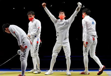 男子エペ団体で準決勝を突破し喜ぶ見延和靖(右から2人目)ら=幕張メッセ