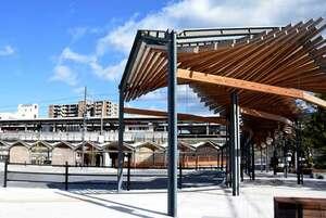 歩道の屋根などに県産木材を活用したJR堅田駅西口広場(大津市真野1丁目)