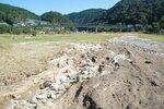 台風19号の影響で冠水した笠置キャンプ場。地面の土が流されたりして、くぼみができている(16日、笠置町笠置)