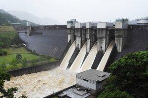 西日本豪雨で異常洪水時防災操作を実施した日吉ダム。事前放流で水害リスクの低減が期待される(2018年7月6日、京都府南丹市日吉町)