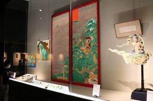 美術史の研究や科学的な分析を基に復元した鳳凰堂の扉絵(中央)などが並ぶ会場