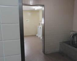 通路から男子用便器が丸見えとなっている大成中のトイレ。生徒の訴えで改善されることになった(亀岡市大井町)