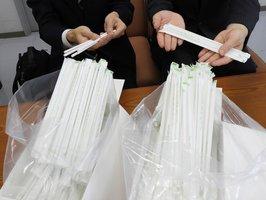 府立京都スタジアム近くの飲食ブースで使われる紙ストロー。亀岡市に5万6千本が寄贈された(亀岡市安町・市役所)