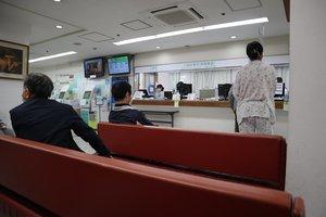 外来で訪れる人が減り、ソファにも空きが目立つ受付ロビー(8日午前11時、京都市下京区・康生会武田病院)