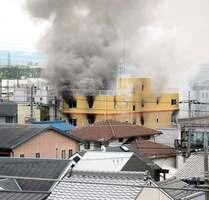 煙を上げる京都アニメーションのスタジオ(18日午前11時53分、京都市伏見区桃山町)=撮影・船越正宏
