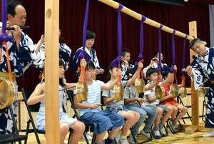 鷹山保存会の囃子方から指導を受け、鉦を鳴らす児童たち(京都市上京区・御所東小)
