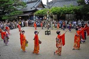 七夕のササ飾りを囲むように歩き、優美な踊りを披露する子どもたち(京都市上京区・白峯神宮)