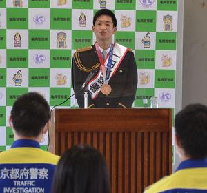 銅メダルを掛けて、署員に講話する荒賀さん(亀岡市安町・亀岡署)