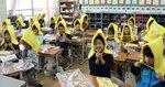 防災ずきんをかぶる児童たち(京都市上京区・二条城北小)