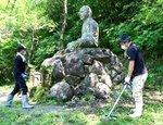 スペイン風邪で亡くなった人を慰霊する丹後大仏の一帯で清掃に励む参加者(京都府伊根町本坂)
