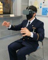 専用のゴーグルを装着し、VRを体験する市消防局の職員(京都市南区・市市民防災センター)