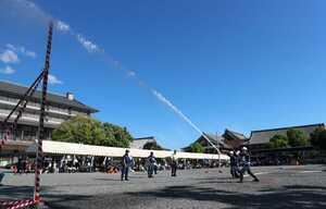 小型動力ポンプ操法の部で、正確な動作で放水する西本願寺の自衛消防隊員(京都市下京区・同寺)