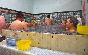 湯船の周りに腰掛けのある「大阪式」と、裸婦像など華美な装飾が特徴の「京都式」両方の特徴が合わさった浴場(写真はいずれも10月31日、福知山市西長・櫻湯)