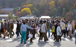 大勢の観光客が訪れた嵐山の渡月橋周辺(11月21日、京都市右京区)