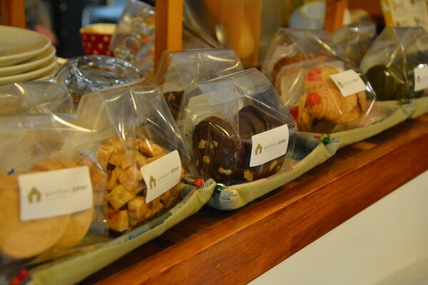 「アトリエとも」オリジナル商品のクッキー。新型コロナの影響で売り上げは落ち込んだ(京都市中京区・アトリエとも)