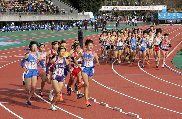 全国高校駅伝で疾走する女子選手たち(2020年12月20日、たけびしスタジアム京都)