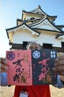 彦根城の御城印。左は通常版。右は夜間特別公開版で来城者特典として配布した非売品。後ろは天守=彦根市金亀町・同城