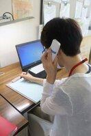 自殺予防の相談窓口「きょう こころ ほっとでんわ」で電話対応する京都市職員(中京区・こころの健康増進センター)