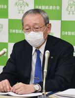 記者会見する日本製紙連合会の矢嶋進会長=23日、東京都中央区