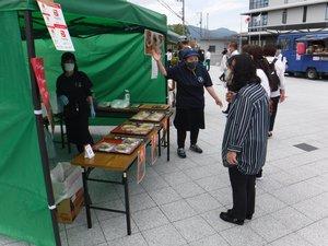 甲賀市役所敷地で弁当を売り出す飲食店の従業員(5月28日、滋賀県甲賀市水口町)