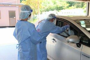 開設されたドライブスルー方式のPCR検査(東近江市猪子町・市立能登川病院)